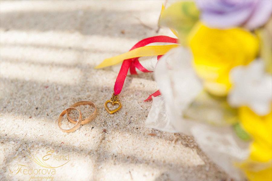 свадебные кольца на песке