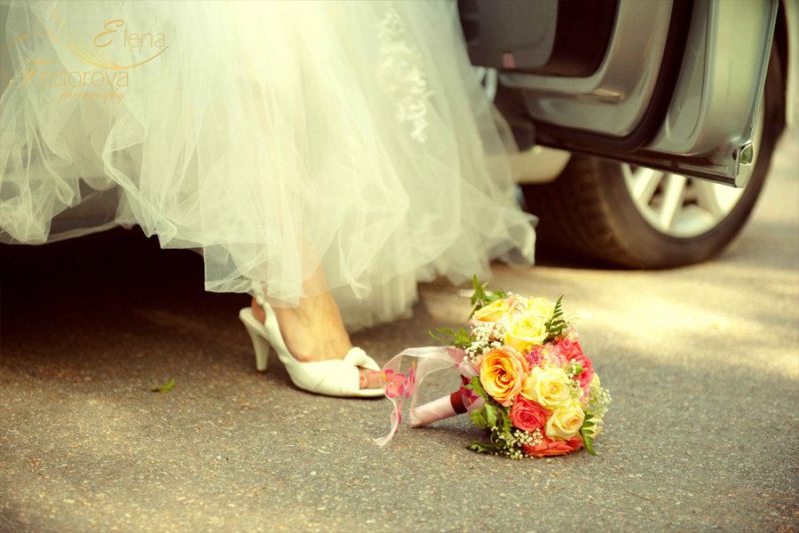 свадебный букет на земле