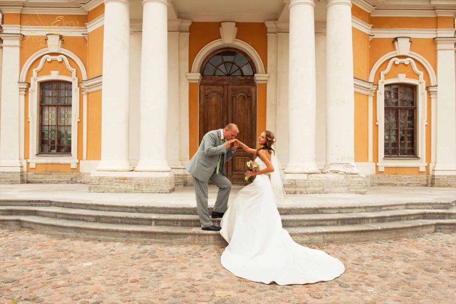 свадебная фотография поцелуя
