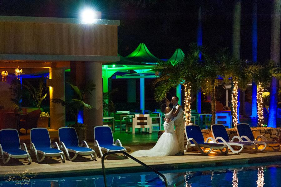 ночное свадебной фото у бассейна