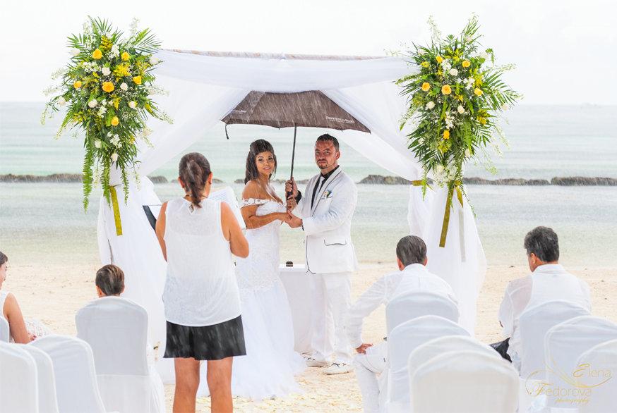 свадьба во время дождя
