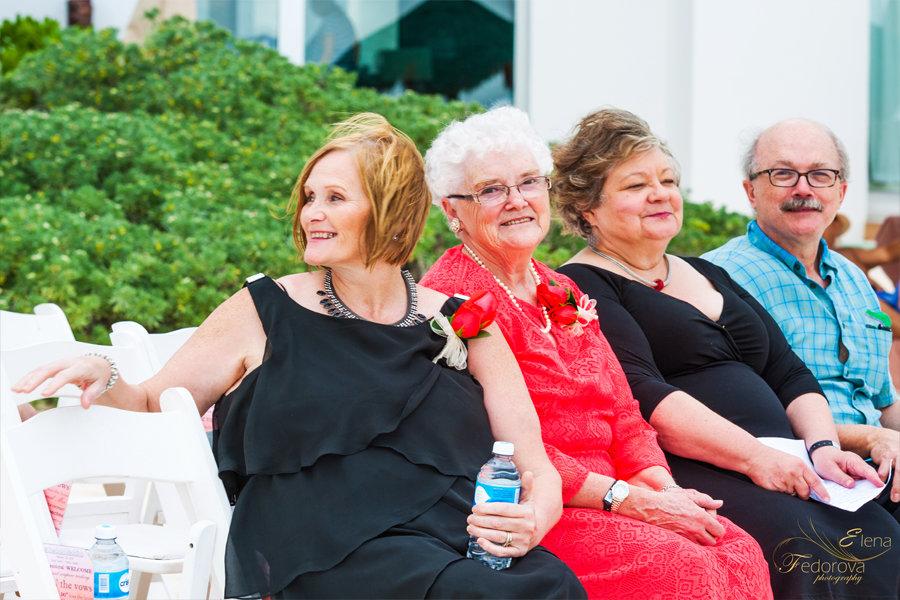 фото гостей перед свадебной церемонией