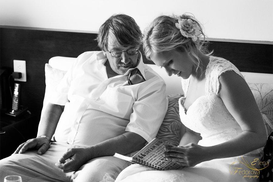 невеста с отцом на свадебном фото