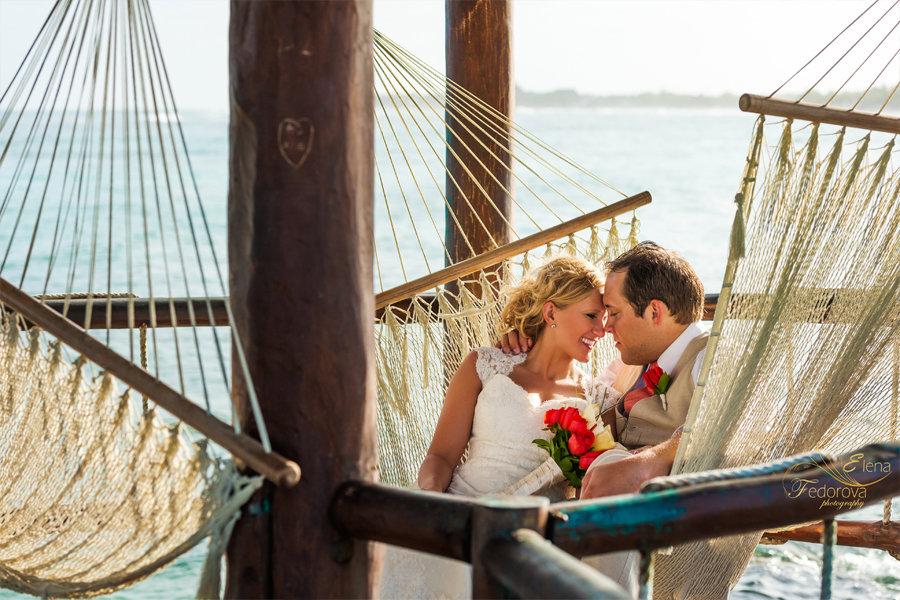 романтическое свадебное фото пары в гамаке