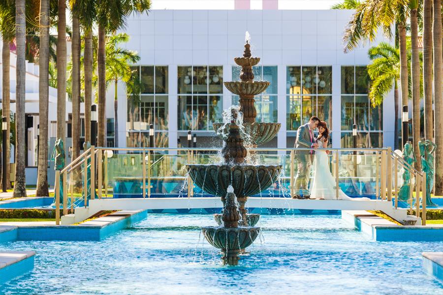 свадебное фото около бассейна