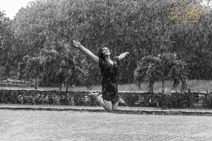 фото человек под дождем