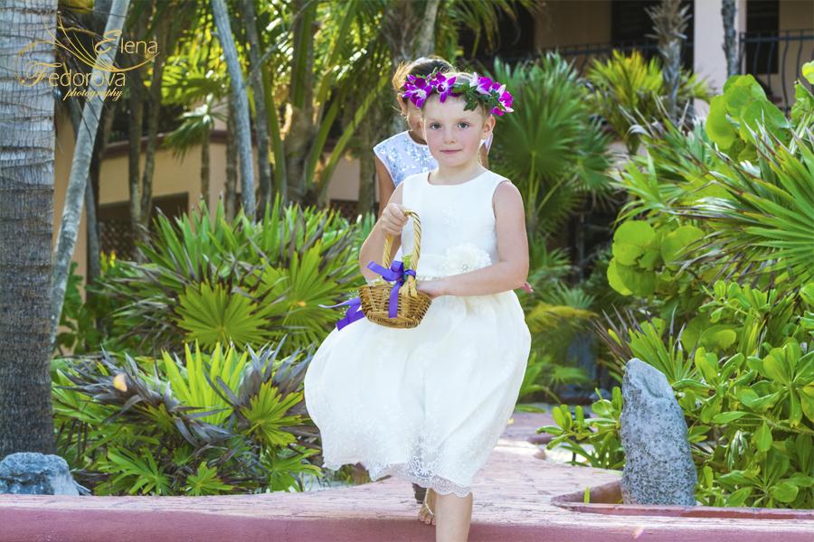 аленькая принцеса с цветами