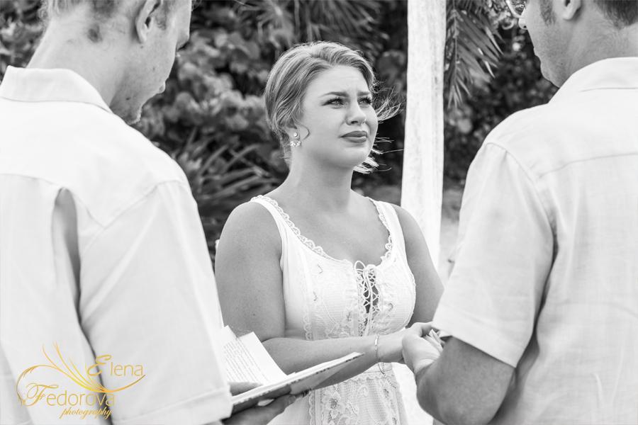 невеста плачет на свадьбе