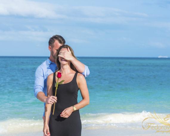 Предложение руки и сердца на пляже в Мексике