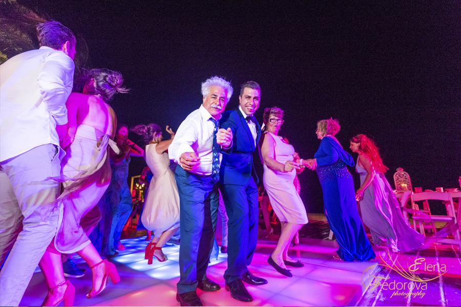 веселое празднование свадьбы в мексике