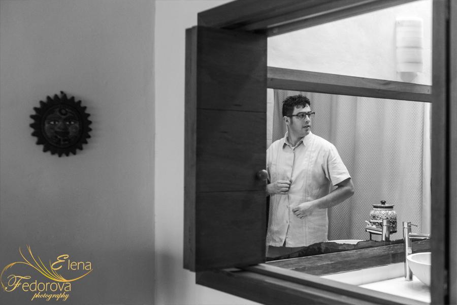 жених перед зеркалом фото