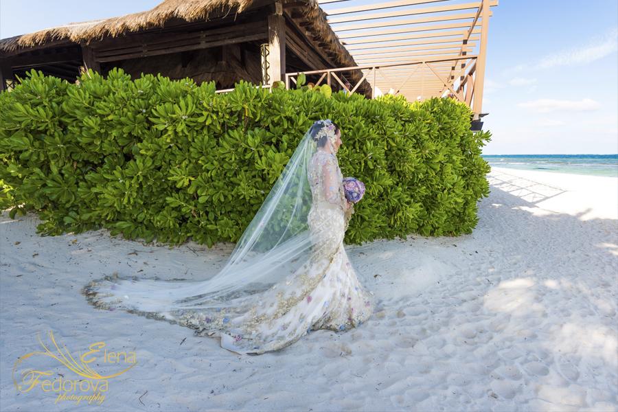 фото невеста идет к алтарю