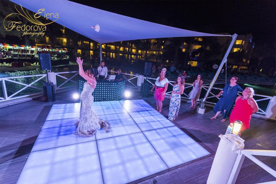 свадьба в мексике на курорте кидает букет