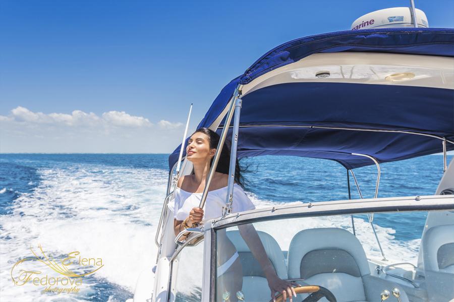 модель позирует на яхте