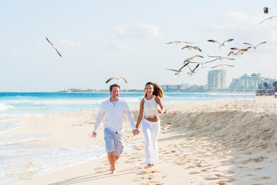 пара бежит по пляжу Мексика
