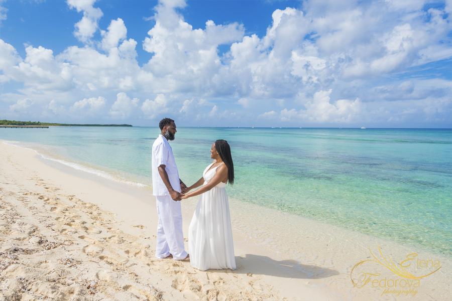 пара празднует годовщину свадьбы