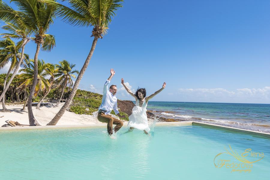 пара прыгает в бассейн