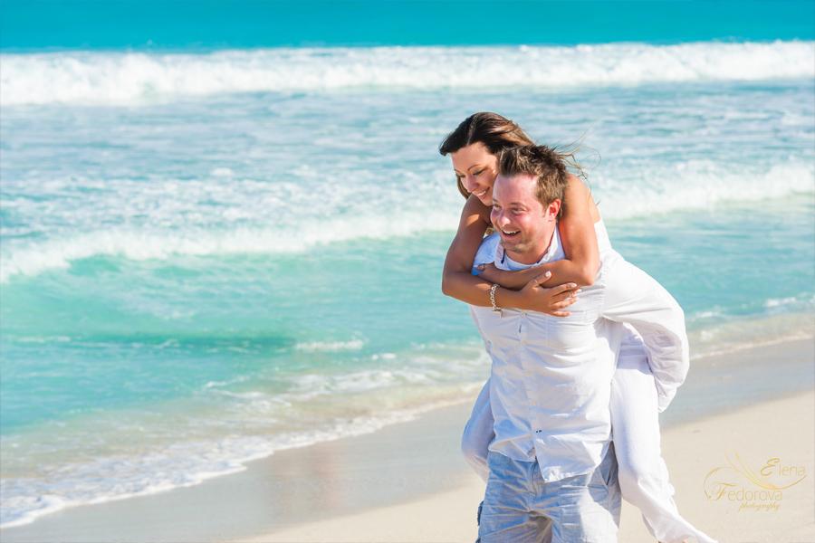 пара веселится около моря