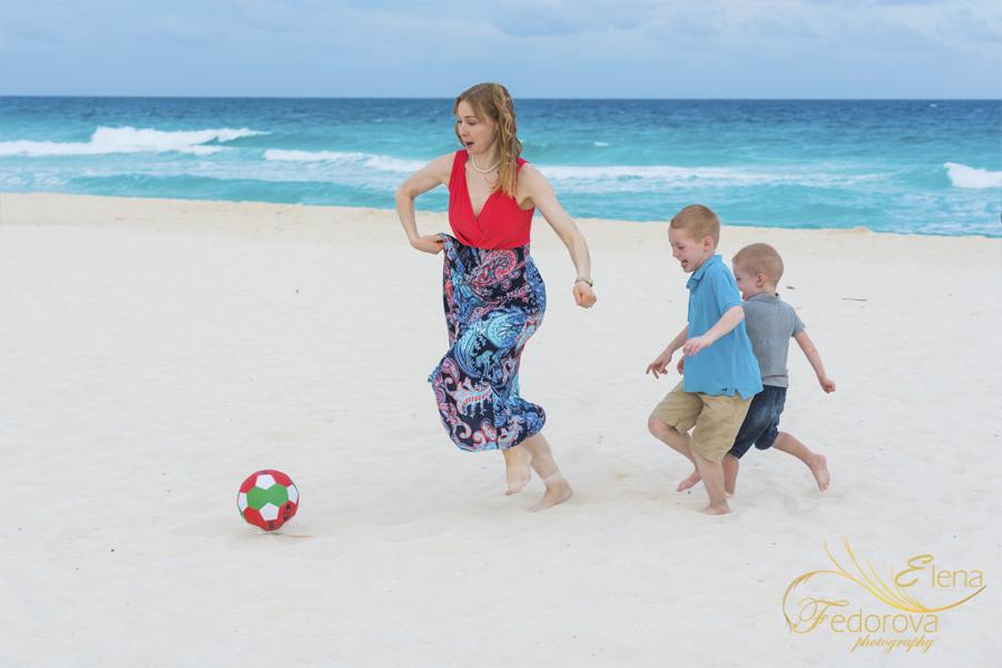 пляжный футбол мама и дети