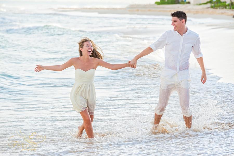 взрослые веселятся на пляже